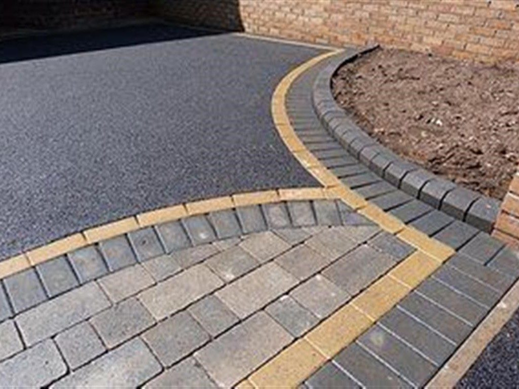 Tarmac Driveway With A Paved Border and Apron